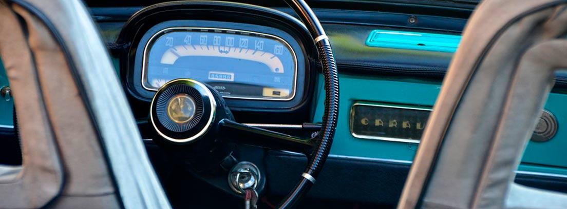 Llave dentro de la cerradura de un coche