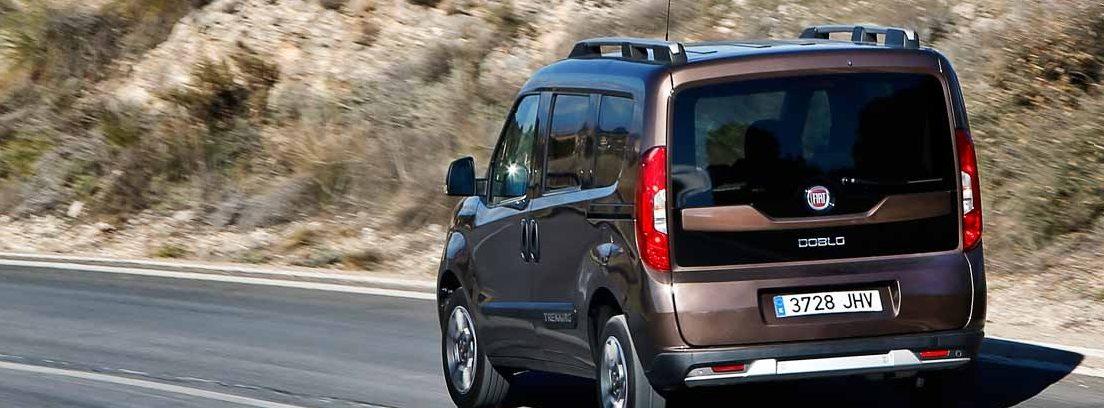 Vista trasera del Fiat Dobló Panorama en carretera