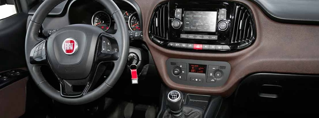 Vista interior del volante del nuevo Fiat Dobló Panorama.