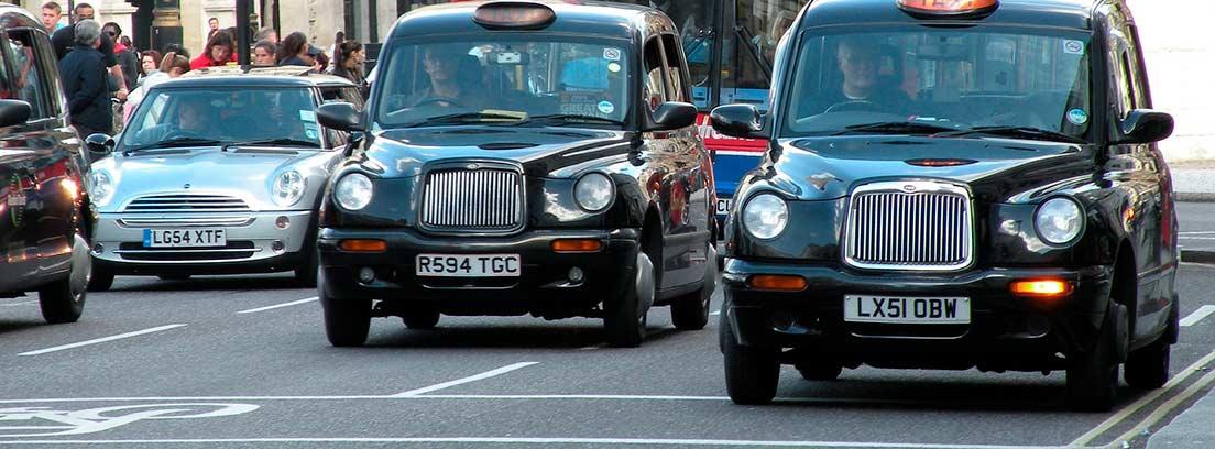 Calle de Londres con taxis y autobús