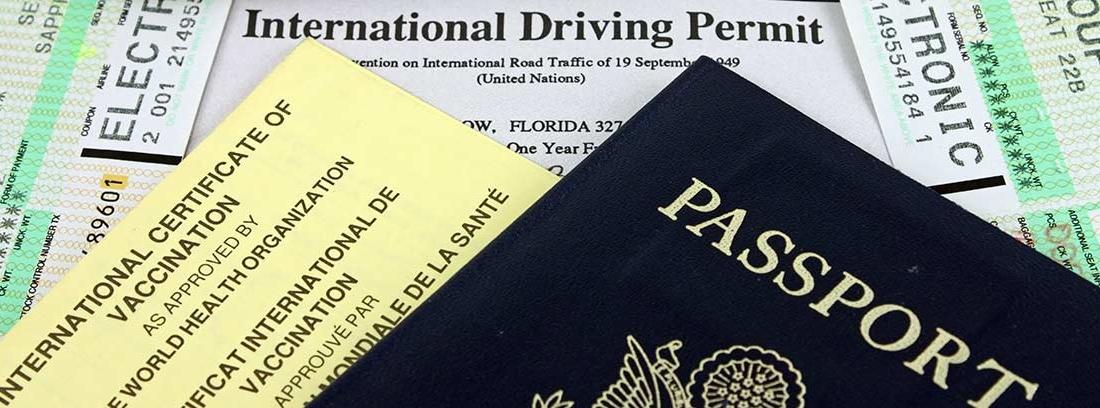 Varios documentos, como un pasaporte y un carnet de conducir internacional