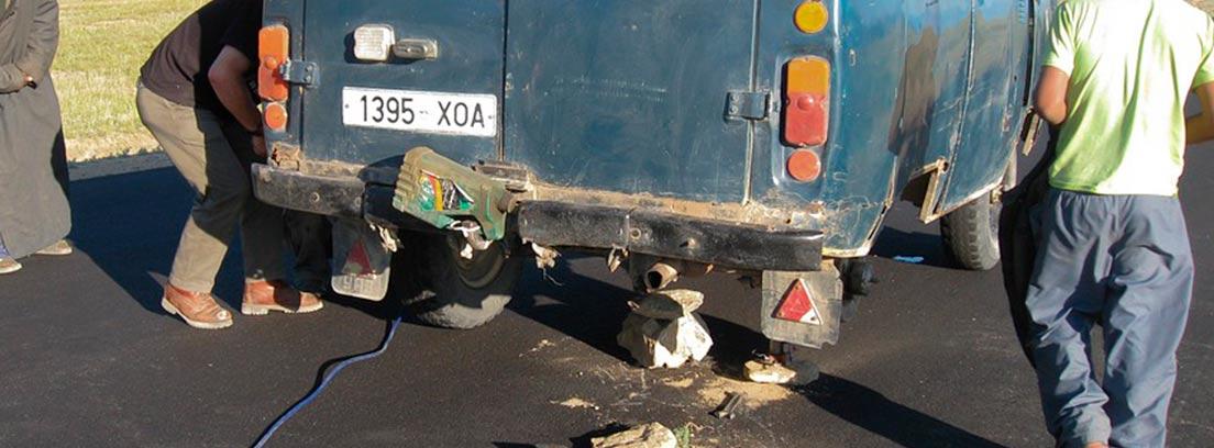 Hombres reparando una furgoneta en mitad de una carretera