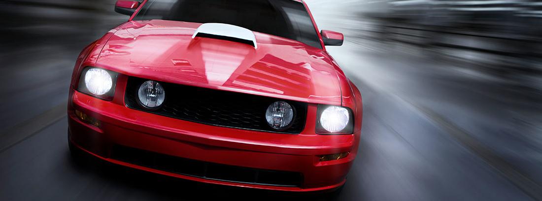 Coche rojo con efectos que imitan el exceso de velocidad