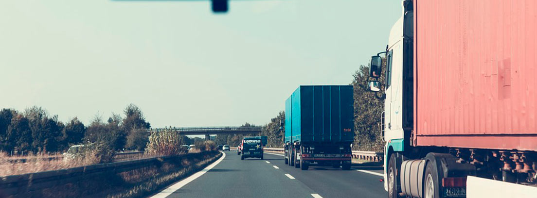 Vista de carretera con camiones desde dentro de un turismo
