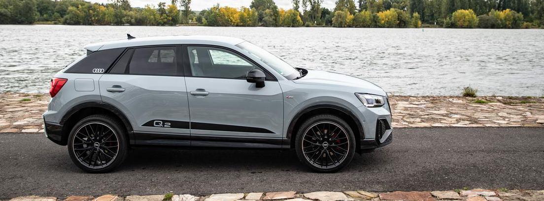 Nuevo Audi Q2 gris parado junto a un lago