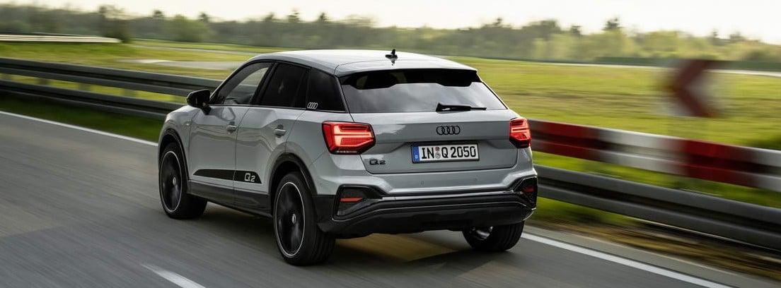 Nuevo Audi Q2 gris circulando por una carretera