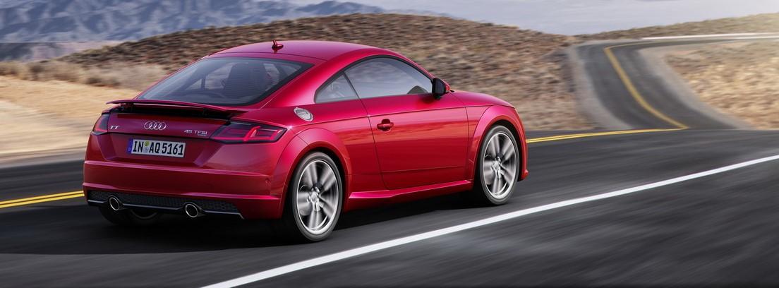 Audi TT rojo en carretera