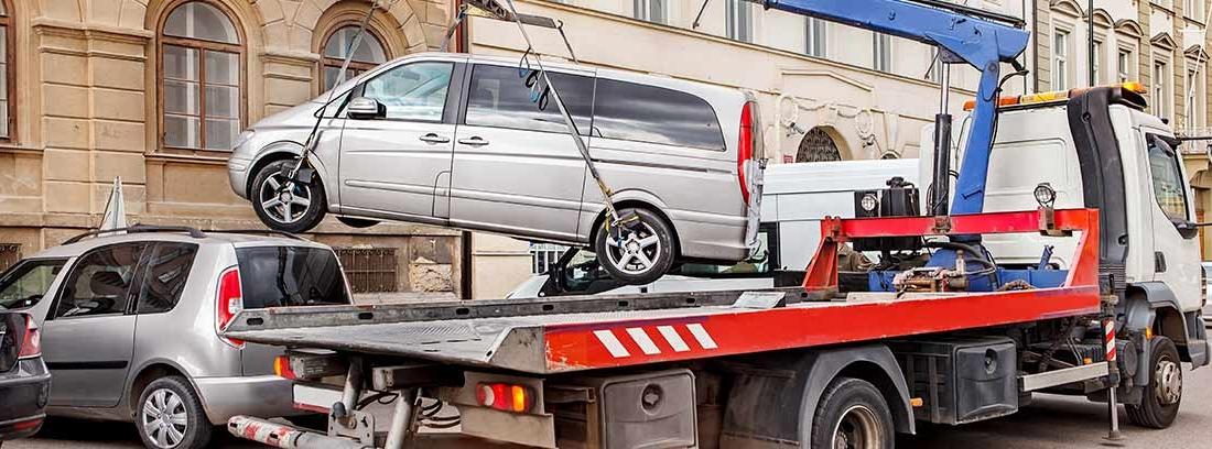 Grúa retira un coche de una calle