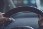 Manos sobre el volante de un coche japonés Toyota