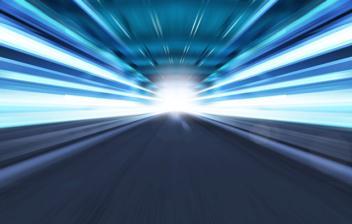 Túnel de luces de color azul en los laterales y una luz flash blanca al fondo