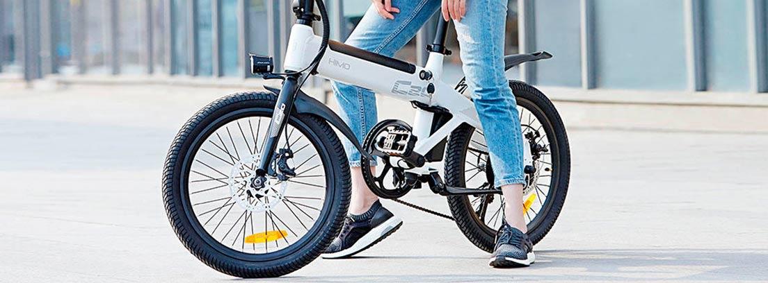 Mujer sobre la bicicleta eléctrica HIMO C20