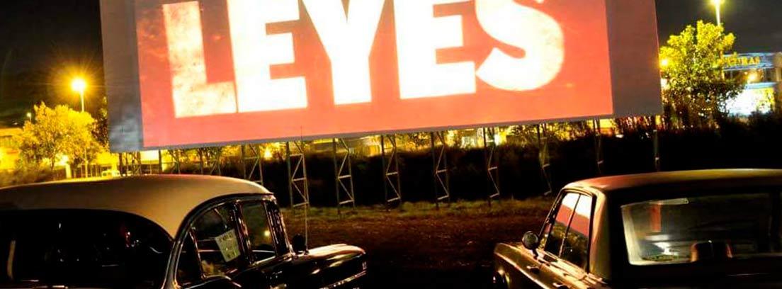 Coches aparcados frente a pantalla de cine en Autocine Getxo.
