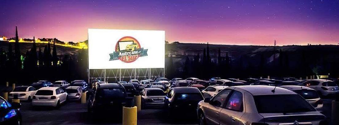 Vista general de coches aparcados frente a pantalla del autocine El Sur