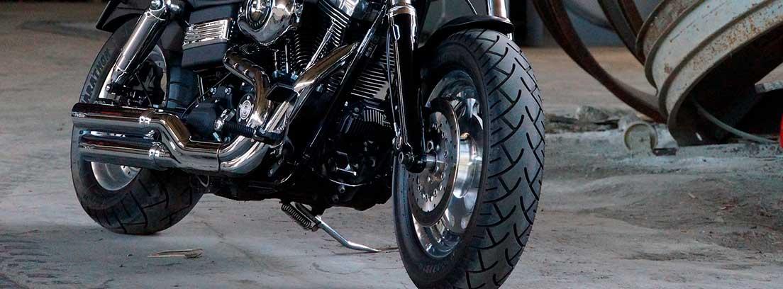 Moto con ruedas nuevas en un taller