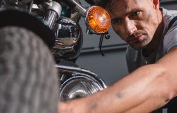 Mecánico comprobando el estado de los neumáticos