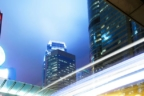 Semáforo iluminado en una calle con tráfico