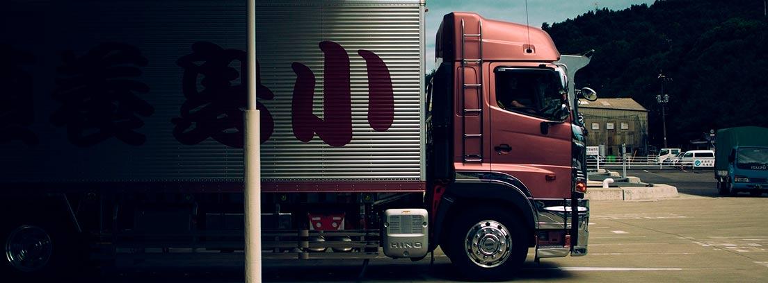 Camión rojo y blanco aparcado