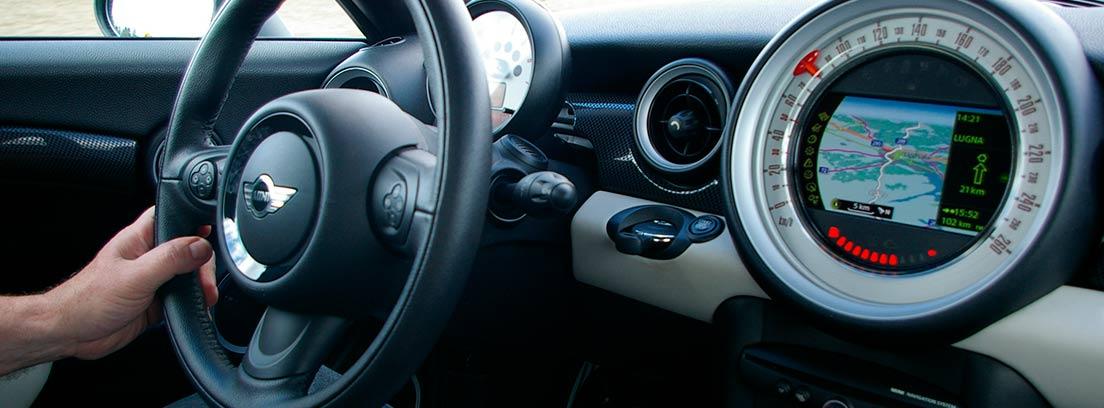 Hombre dentro de un coche con una mano en el volante