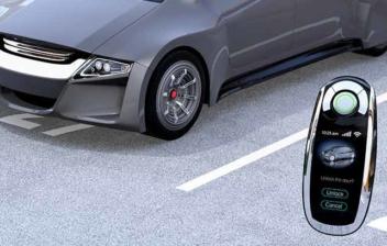 Una smart key delante de un coche de estilo futurista