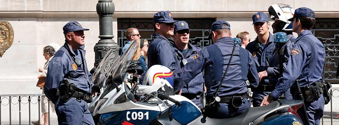 Miembros de la Policía Nacional junto a unas motos