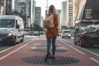 Mujer con mochila en medio de una ciudad y entre dos calles con coches circulando