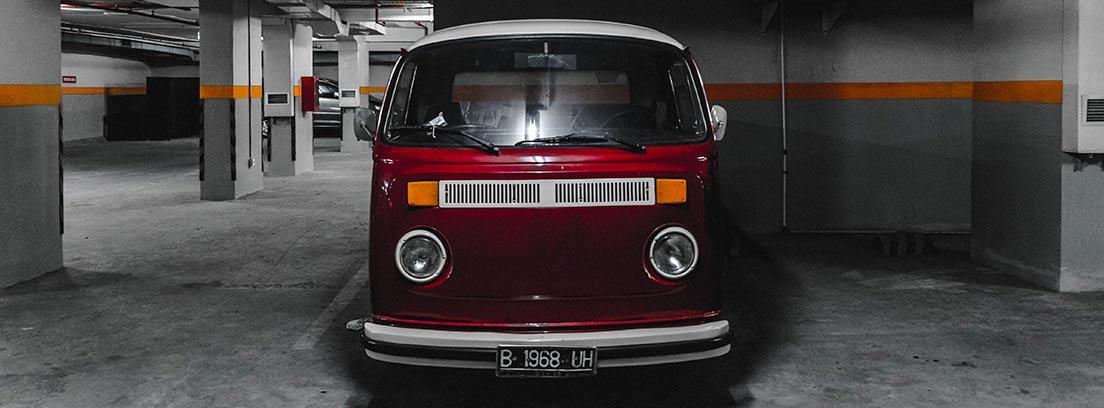 Furgoneta tipo camper de color rojo aparcada dentro de garaje