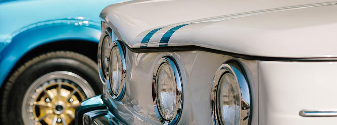 Vista parcial de dos coches antiguos