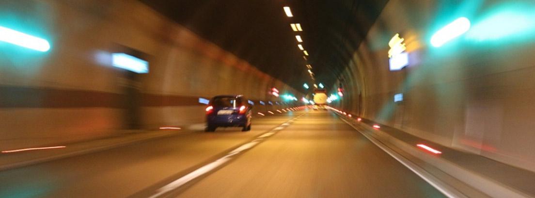 Coche y camión circulando por un túnel