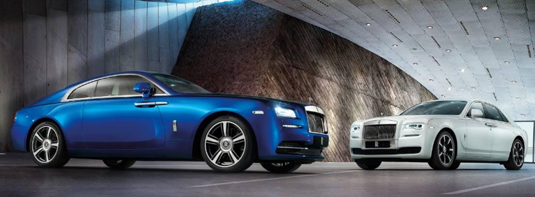 Nuevos modelos de coches ingleses Rolls Royce en color azul y blanco.