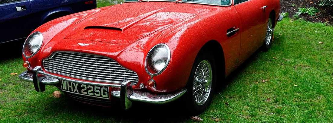 Aston Martin DB5 color rojo en una exposición de coches ingleses.