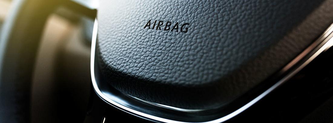 Volante de un coche mostrando la palabra airbag