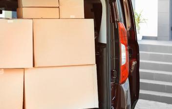 Vehículo con el maletero abierto lleno de cajas