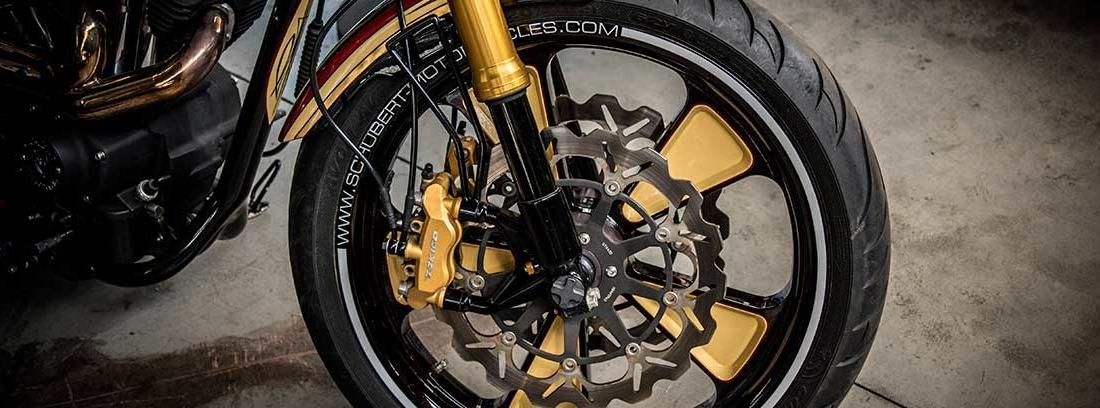 Vista del neumático y guardabarros de una moto