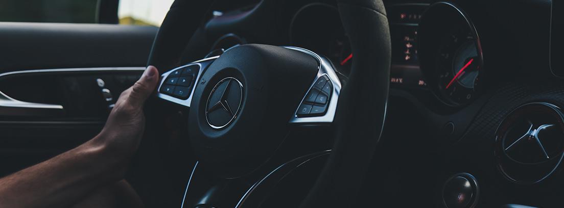 Mano sobre un volante de coche