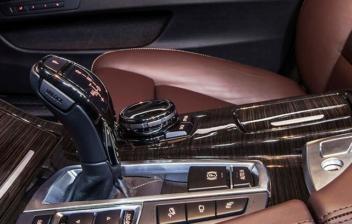Acabados interiores de un coche de lujo