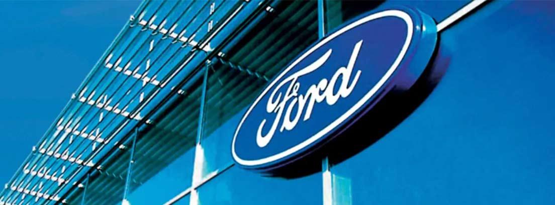Logotipo de marca Ford colgado en cristales azules