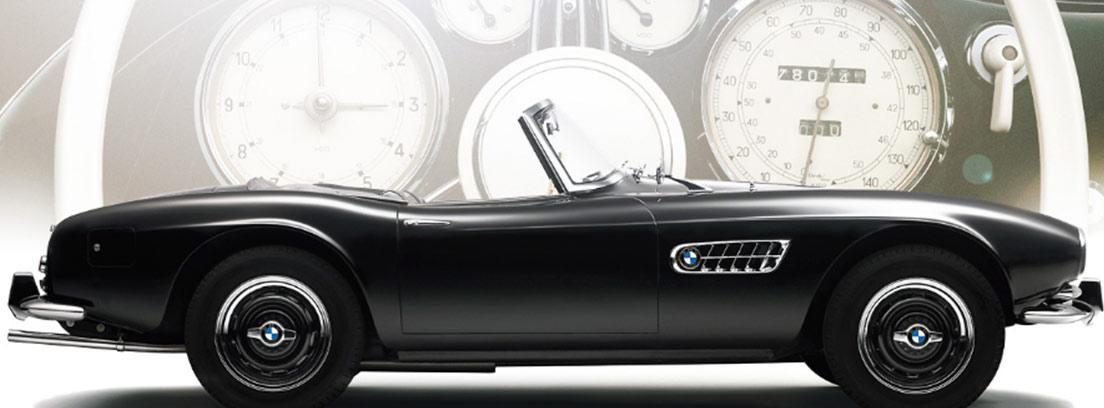 Coche BMW negro descapotable con logotipo en ruedas y carrocería