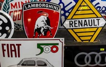 Muchos logotipos y marcas de coches puestas en líneas paralelas.