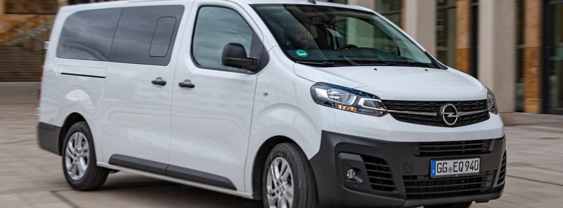 Vista lateral/delantera de la furgoneta Opel Vivaro Combi 2020 blanca