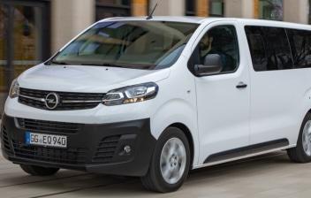 Furgoneta Opel Vivaro Combi 2020 blanca circulando por una calle