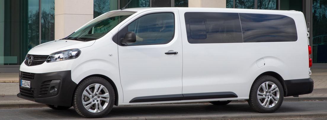Vista lateral de la furgoneta Opel Vivaro Combi 2020 blanca estacionada en la calle