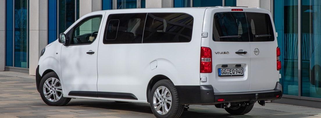 Vista lateral/trasera de la furgoneta Opel Vivaro Combi 2020 blanca