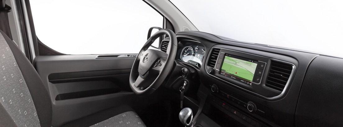 Vista del salpicadero de la Opel Vivaro Combi 2020 desde el asiento del copiloto