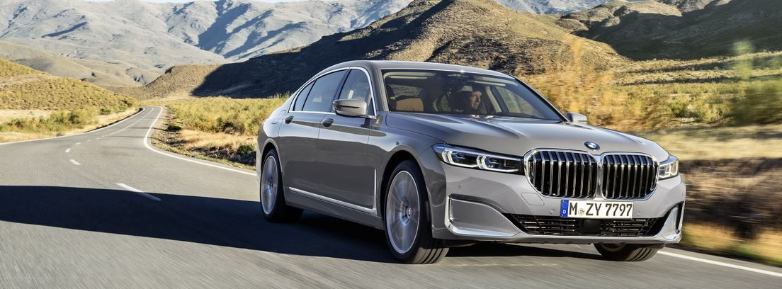 BMW Serie 7 en carretera secundaria v