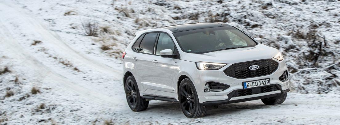 Ford Edge en carretera con nieve