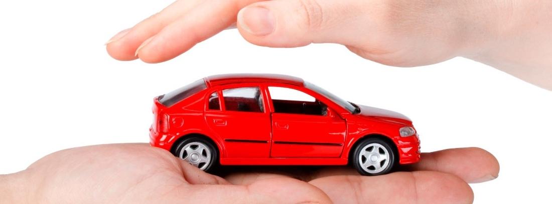 coche pequeño entre dos manos