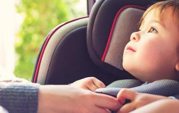 Niña sentada en una silla para el coche
