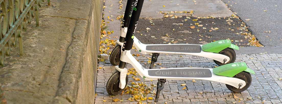 Dos patinetes eléctricos aparcados en la calle