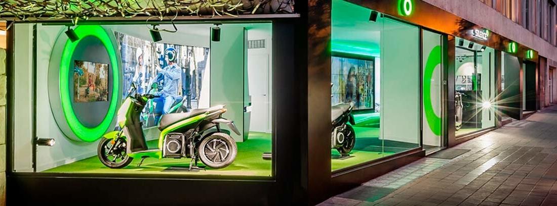 Tienda de motos con grandes escaparates con la scooter eléctrica de Silence.