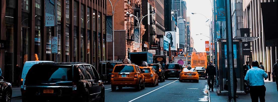 Calle de ciudad con multitud de coches circulando